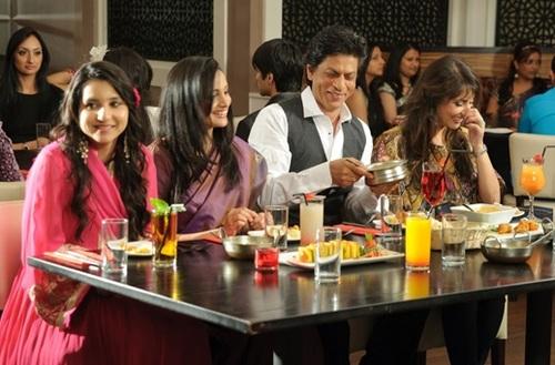 Shahrukh Khan with guests at Chak 89