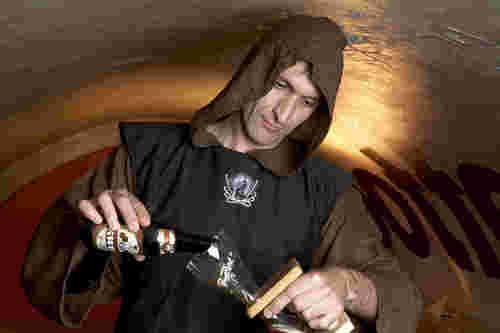 Belgo Beerologist pouring beer